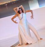 La représentation de danseurs dans le salon de l'Auto de Chengdu Photos libres de droits
