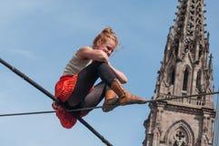 La représentation de marcheur de corde raide de Johanne Humblet d'artiste pendant quatre heures à Mulhouse image stock