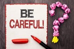 La représentation de note d'écriture fasse attention Le soin d'avertissement de présentation d'avis d'une attention de précaution photos stock
