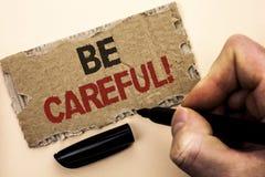 La représentation de note d'écriture fasse attention Le soin d'avertissement de présentation d'avis d'une attention de précaution images stock