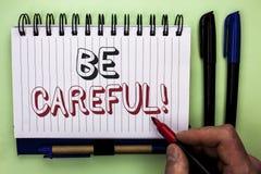 La représentation de note d'écriture fasse attention Le soin d'avertissement de présentation d'avis d'une attention de précaution photographie stock libre de droits