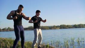 La représentation de Wing Chun entre le maître et le disciple près de la rivière 4K banque de vidéos