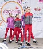 La représentation des enfants dansent l'ensemble de Maslenitsa à Gorki P Photos stock