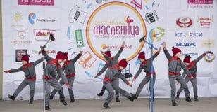 La représentation des enfants dansent l'ensemble de Maslenitsa à Gorki P Photographie stock
