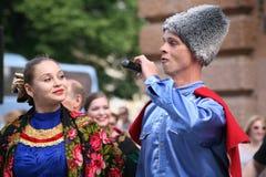 La représentation des musiciens et des danseurs de l'ensemble russe national Sudarushka de Cosaque Images libres de droits