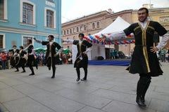 La représentation des soliste-danseurs de l'ensemble Imamat (Dagestan solaire) avec des danses traditionnelles du Caucase du nord Photo stock