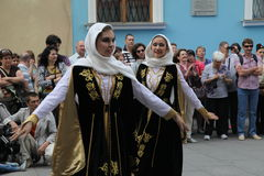 La représentation des soliste-danseurs de l'ensemble Imamat (Dagestan solaire) avec des danses traditionnelles du Caucase du nord Photo libre de droits