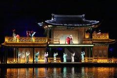 La représentation et la lumière d'air ouvert montrent dans le lac occidental, Chine Photo libre de droits