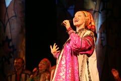La représentation sur l'étape des acteurs, des solistes, des chanteurs et des danseurs de la chanson de Russe de théâtre national Images stock