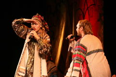 La représentation sur l'étape des acteurs, des solistes, des chanteurs et des danseurs de la chanson de Russe de théâtre national Photos stock