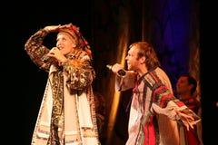 La représentation sur l'étape des acteurs, des solistes, des chanteurs et des danseurs de la chanson de Russe de théâtre national Photographie stock libre de droits