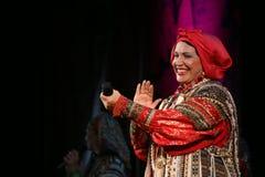 La représentation sur l'étape du chanteur folk national du babkina de nadezhda de chansons et de la chanson russes de Russe de th Image libre de droits
