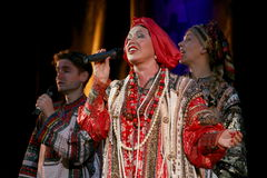 La représentation sur l'étape du chanteur folk national du babkina de nadezhda de chansons et de la chanson russes de Russe de th Photographie stock libre de droits