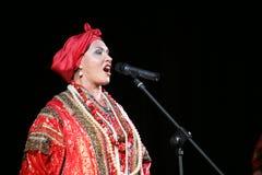 La représentation sur l'étape du chanteur folk national du babkina de nadezhda de chansons et de la chanson russes de Russe de th Images libres de droits