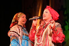 La représentation sur l'étape du chanteur folk national du babkina de nadezhda de chansons et de la chanson russes de Russe de th Images stock