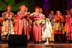 La représentation sur l'étape du chanteur folk national du babkina de nadezhda de chansons et de la chanson russes de Russe de th Photographie stock