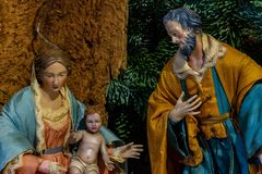 La representación de la familia santa, de la Virgen María deteniendo al niño Jesús y al lado de San José fotografía de archivo