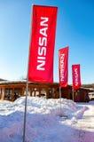 La representación señala Nissan por medio de una bandera sobre el cielo azul en día soleado Imagen de archivo libre de regalías