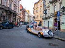 LA REPUBBLICA CECA DI PRAGA - 20 FEBBRAIO 2018: Automobile d'annata di giro turistico in vecchia piazza Praga Fotografia Stock Libera da Diritti