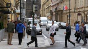 La repubblica Ceca, Praga Passeggiata della gente le vie di vecchia città stock footage