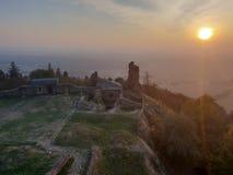 La repubblica Ceca, rovine Lichnice, tramonto, autunno del castello fotografia stock libera da diritti