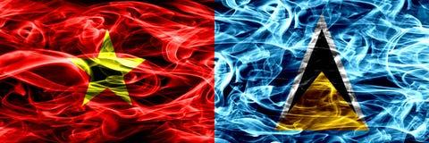 La Repubblica socialista del Vietnam contro le bandiere del fumo di Santa Lucia ha disposto parallelamente Bandiere seriche color royalty illustrazione gratis