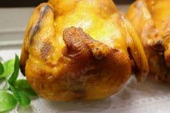 La res muerta fumada de la carne del pollo apetitosa en la tabla sirvió fotos de archivo