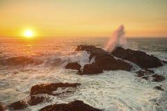 La resaca del océano en las rocas durante una puesta del sol impresionante Naturaleza imagenes de archivo