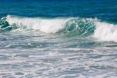 La resaca entrante agita - con la espuma de los azules y del verde y blanca Fotografía de archivo