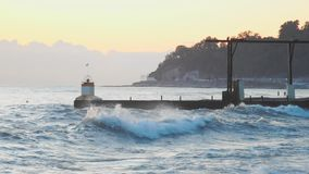 La resaca pesada agita estrellarse en costa durante subida de las aguas de la fuerza del vendaval almacen de video