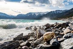 La resaca se estrella en las montañas rocosas Fotos de archivo libres de regalías