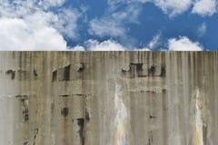 La reserva de agua hecha de remiendos descuidados cemento estropea debido Imagenes de archivo