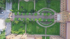 La residencia de la universidad del nacional de Chernivtsi Iglesia del seminario de los tres santos Edificio del seminario aéreo almacen de metraje de vídeo