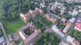 La residenza dell'università del cittadino di Cernivci Chiesa del seminario dei tre san Costruzione di seminario aereo video d archivio