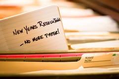 La resolución del Año Nuevo de la oficina elimina los ficheros de papel y las pilas de papel Imagen de archivo libre de regalías
