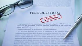 La resolución pendiente, funcionarios da el sellado del sello en el documento de negocio, primer almacen de video
