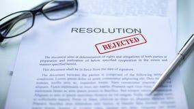 La resolución rechazó, sello selló en el documento oficial, contrato del negocio imágenes de archivo libres de regalías
