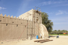La restauración trabaja en el fuerte de Al Jahili en Al Ain Fotos de archivo