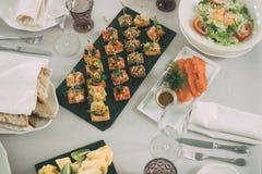 La restauration entretient le fond avec les casse-croûte et la nourriture du plat dans le restaurant Photos stock