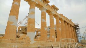 La restauration fonctionne aux ruines du temple antique de parthenon, patrimoine culturel du monde clips vidéos