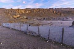 La rete congelata recinta il villaggio fotografia stock