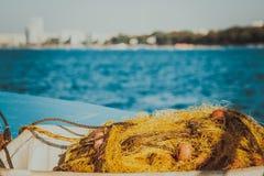 La rete da pesca nel Cipro, ingiallisce la rete con i galleggianti rossi Immagini Stock