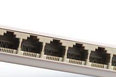 La rete di collegamento cabla per commutare i router che per mezzo dei connettori RG-45 immagine stock libera da diritti