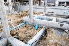 La rete di tubazioni di controllo dei parassiti installa alla costruzione della nuova casa Immagini Stock Libere da Diritti