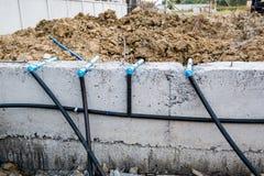 La rete di tubazioni di controllo dei parassiti installa alla costruzione della nuova casa Fotografie Stock