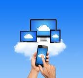 La rete informatica della nuvola ha collegato tutti i dispositivi immagini stock