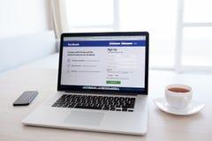La retina de MacBook Pro con el Home Page de Facebook en la pantalla se coloca Imagen de archivo