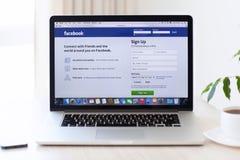 La retina de MacBook Pro del ordenador portátil con el sitio Facebook en la pantalla está prendido Imagen de archivo libre de regalías