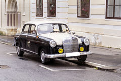 La retro automobile ha parcheggiato nel centro di Zagabria, Croazia Immagini Stock