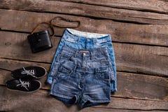 La retro borsa e gli shorts della donna Fotografia Stock